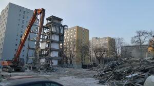 """Stary """"Lipsk"""" znika z Muranowa. Mieszkańcy pytają o azbest"""