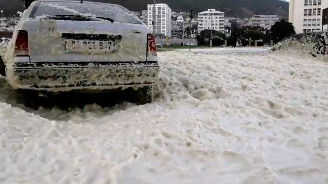 Piana morska przykryła ulice Kapsztadu
