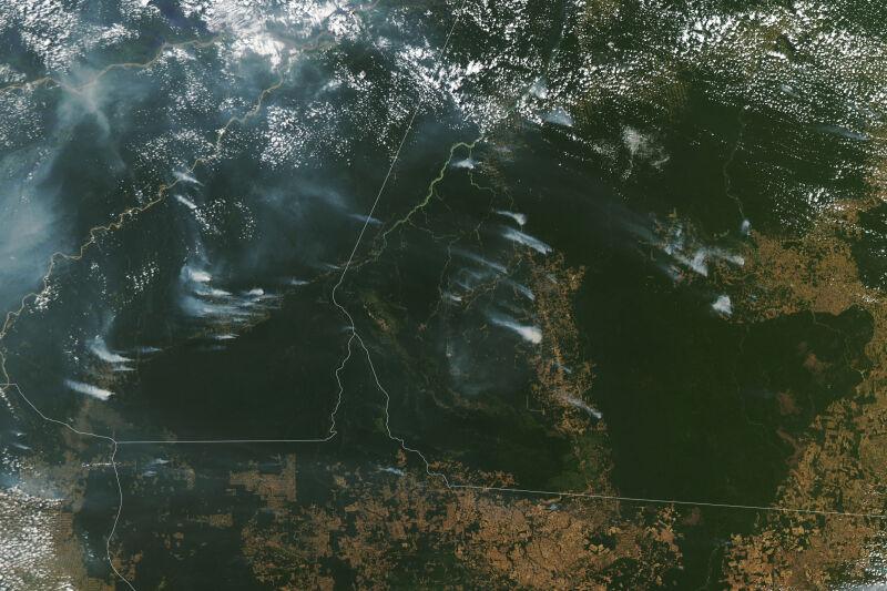 Dym unoszący się z pożarów w Amazonii 1 sierpnia (NASA)