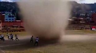 Wir pyłowy przepędził piłkarzy z boiska