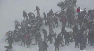 Opady śniegu i silny wiatr utrudniają akcję ratunkową